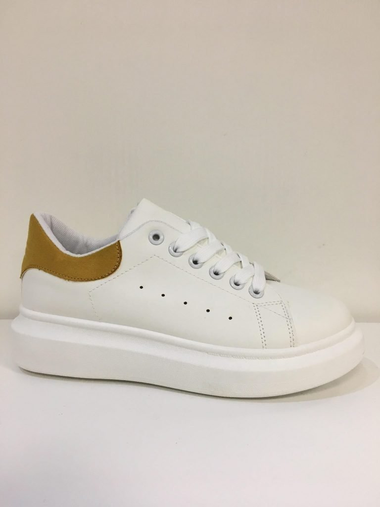 Witte sneaker met okergeel