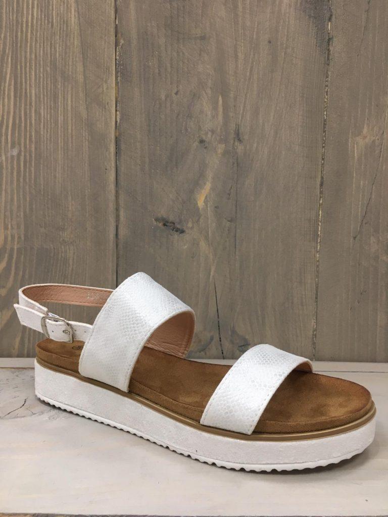 wit sandaaltje met 2 bandjes