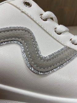Witte sneaker grijze kronkel